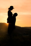 Ευτυχής σκιαγραφία ζευγών με το ρομαντικό υπόβαθρο ηλιοβασιλέματος Στοκ φωτογραφία με δικαίωμα ελεύθερης χρήσης