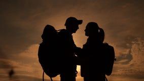 Ευτυχής σκιαγραφία οικογενειακών τουριστών στον τρόπο ζωής φιλήματος αγκαλιάσματος ηλιοβασιλέματος Έννοια ταξιδιού ομαδικής εργασ φιλμ μικρού μήκους