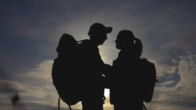 Ευτυχής σκιαγραφία οικογενειακών τουριστών στο φίλημα αγκαλιάσματος τρόπου ζωής ηλιοβασιλέματος έννοια ταξιδιού ομαδικής εργασίας απόθεμα βίντεο