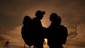 Ευτυχής σκιαγραφία οικογενειακών τουριστών στο φίλημα αγκαλιάσματος ηλιοβασιλέματος έννοια τρόπου ζωής ταξιδιού ομαδικής εργασίας απόθεμα βίντεο