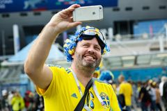 Ευτυχής σουηδικός ανεμιστήρας στο Παγκόσμιο Κύπελλο της FIFA στη Ρωσία Στοκ Φωτογραφία