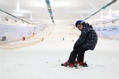 ευτυχής στάση σκι παιδιών Στοκ Φωτογραφίες