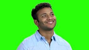 Ευτυχής στοχαστικός ινδικός τύπος στην πράσινη οθόνη απόθεμα βίντεο
