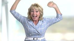 Ευτυχής συγκινημένη νίκη εορτασμού γυναικών απόθεμα βίντεο