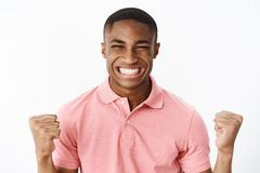 Ευτυχής συγκινημένος και χαρούμενος νέος αθλητικός τύπος αφροαμερικάνων που σφίγγει τις πυγμές στο χαμόγελο ευθυμίας και νίκης ευ στοκ εικόνα