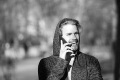 Ευτυχής συζήτηση ατόμων στο κινητό τηλέφωνο στο πάρκο, επικοινωνία στοκ φωτογραφίες