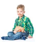 Ευτυχής συνεδρίαση αγοριών με τα αυγά και το κουνέλι Πάσχας Απομονωμένος στο λευκό Στοκ Εικόνες