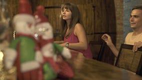Ευτυχής συνεδρίαση γυναικών και ανδρών στο φραγμό ενώ ρομαντική ημερομηνία στο εστιατόριο Ζεύγος ερωτευμένο στη συνεδρίαση καφέδω φιλμ μικρού μήκους