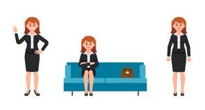 Ευτυχής συνεδρίαση γυναικών στον μπλε καναπέ με τα διασχισμένα χέρια, τον κυματισμό και το χαμόγελο ελεύθερη απεικόνιση δικαιώματος