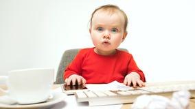 Ευτυχής συνεδρίαση μικρών παιδιών κοριτσάκι παιδιών με το πληκτρολόγιο του υπολογιστή που απομονώνεται σε ένα άσπρο υπόβαθρο Στοκ φωτογραφίες με δικαίωμα ελεύθερης χρήσης