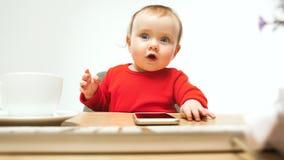 Ευτυχής συνεδρίαση μικρών παιδιών κοριτσάκι παιδιών με το πληκτρολόγιο του υπολογιστή που απομονώνεται σε ένα άσπρο υπόβαθρο Στοκ φωτογραφία με δικαίωμα ελεύθερης χρήσης
