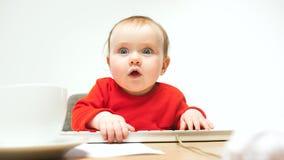 Ευτυχής συνεδρίαση μικρών παιδιών κοριτσάκι παιδιών με το πληκτρολόγιο του υπολογιστή που απομονώνεται σε ένα άσπρο υπόβαθρο Στοκ Εικόνες