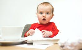 Ευτυχής συνεδρίαση μικρών παιδιών κοριτσάκι παιδιών με το πληκτρολόγιο του υπολογιστή που απομονώνεται σε ένα άσπρο υπόβαθρο Στοκ εικόνες με δικαίωμα ελεύθερης χρήσης