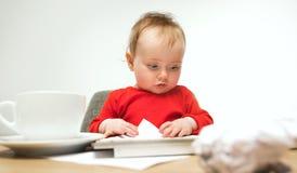 Ευτυχής συνεδρίαση μικρών παιδιών κοριτσάκι παιδιών με το πληκτρολόγιο του υπολογιστή που απομονώνεται σε ένα άσπρο υπόβαθρο Στοκ Εικόνα