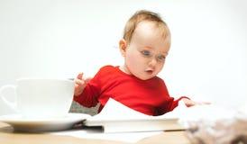 Ευτυχής συνεδρίαση μικρών παιδιών κοριτσάκι παιδιών με το πληκτρολόγιο του υπολογιστή που απομονώνεται σε ένα άσπρο υπόβαθρο Στοκ εικόνα με δικαίωμα ελεύθερης χρήσης