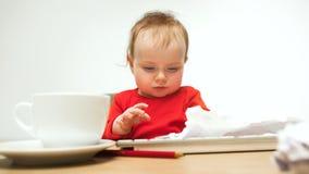 Ευτυχής συνεδρίαση μικρών παιδιών κοριτσάκι παιδιών με το πληκτρολόγιο του υπολογιστή που απομονώνεται σε ένα άσπρο υπόβαθρο Στοκ Φωτογραφία
