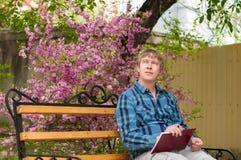 Ευτυχής συνεδρίαση ατόμων στον πάγκο ένα πάρκο Στοκ φωτογραφίες με δικαίωμα ελεύθερης χρήσης