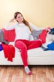 Ευτυχής συνεδρίαση γυναικών στον καναπέ στο ακατάστατο δωμάτιο στο σπίτι Στοκ Εικόνα