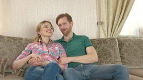 Ευτυχής συνεδρίαση ζευγών στον καναπέ απόθεμα βίντεο