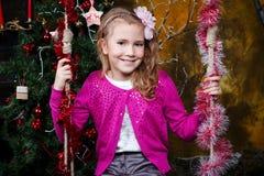 Ευτυχής συνεδρίαση μικρών κοριτσιών στην ταλάντευση Στοκ φωτογραφία με δικαίωμα ελεύθερης χρήσης