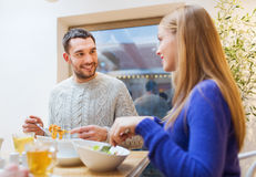 Ευτυχής συνεδρίαση των ζευγών και κατοχή του γεύματος στον καφέ Στοκ Φωτογραφία