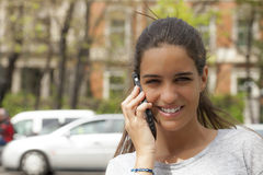 Ευτυχής συνομιλία στον κινητό Στοκ Εικόνα