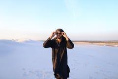 Ευτυχής συντροφικός Άραβας, περίπατοι μέσω της ερήμου, χαμογελά και απολαμβάνει το λι Στοκ εικόνα με δικαίωμα ελεύθερης χρήσης