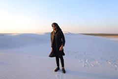 Ευτυχής συντροφικός Άραβας, περίπατοι μέσω της ερήμου, χαμογελά και απολαμβάνει το λι Στοκ φωτογραφίες με δικαίωμα ελεύθερης χρήσης
