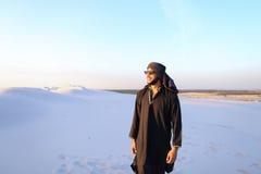 Ευτυχής συντροφικός Άραβας, περίπατοι μέσω της ερήμου, χαμογελά και απολαμβάνει το λι Στοκ Εικόνα
