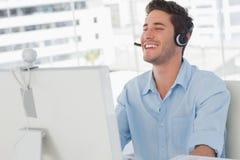 Ευτυχής σχεδιαστής που γελά κατά τη διάρκεια μιας σε απευθείας σύνδεση επικοινωνίας στοκ φωτογραφίες με δικαίωμα ελεύθερης χρήσης