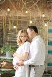 Ευτυχής σύζυγος και έγκυος σύζυγος σε έναν καφέ που αγκαλιάζει και που κρατά tenderly την κοιλιά Στοκ φωτογραφία με δικαίωμα ελεύθερης χρήσης