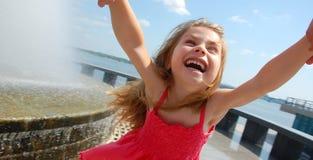 ευτυχής ταλάντευση κοριτσιών στοκ φωτογραφία