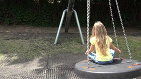 Ευτυχής ταλάντευση κοριτσιών Smiley υπαίθρια, παιχνίδι παιδιών στα παιδιά 4K πάρκων παιδικών χαρών απόθεμα βίντεο