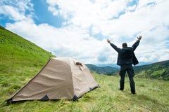 Ευτυχής ταξιδιώτης στα βουνά κοντά στη σκηνή Στοκ Εικόνες