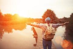 Ευτυχής ταξιδιώτης στη λίμνη με το εκτενές κοίταγμα χεριών Στοκ Εικόνες