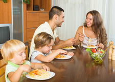 Ευτυχής τετραμελής οικογένεια που έχει το μεσημεριανό γεύμα Στοκ φωτογραφία με δικαίωμα ελεύθερης χρήσης