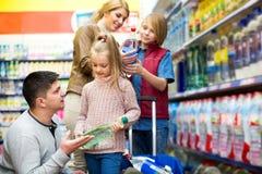 Ευτυχής τετραμελής οικογένεια που αγοράζει το μεταλλικό νερό Στοκ φωτογραφία με δικαίωμα ελεύθερης χρήσης