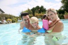 Ευτυχής τετραμελής οικογένεια που απολαμβάνει τις διακοπές καλοκαιριού Στοκ φωτογραφία με δικαίωμα ελεύθερης χρήσης