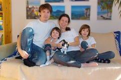 Ευτυχής τετραμελής οικογένεια στο σπίτι Στοκ φωτογραφίες με δικαίωμα ελεύθερης χρήσης