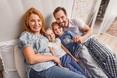 Ευτυχής τετραμελής οικογένεια στο σπίτι Στοκ φωτογραφία με δικαίωμα ελεύθερης χρήσης