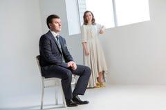Ευτυχής τοποθέτηση γαμήλιων ζευγών στο φωτεινό δωμάτιο που αγκαλιάζει το ένα το άλλο στοκ εικόνες με δικαίωμα ελεύθερης χρήσης