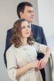 Ευτυχής τοποθέτηση γαμήλιων ζευγών στο φωτεινό δωμάτιο που αγκαλιάζει το ένα το άλλο στοκ φωτογραφία με δικαίωμα ελεύθερης χρήσης
