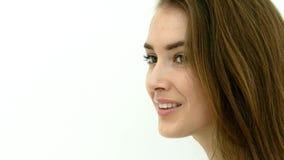 Ευτυχής τοποθέτηση γυναικών στον άσπρο τοίχο απόθεμα βίντεο