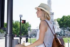 Ευτυχής τοποθέτηση γυναικών στο δρόμο στοκ φωτογραφίες με δικαίωμα ελεύθερης χρήσης