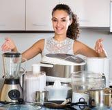Ευτυχής τοποθέτηση κοριτσιών με τις συσκευές στην κουζίνα Στοκ φωτογραφία με δικαίωμα ελεύθερης χρήσης