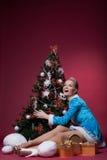 Ευτυχής τοποθέτηση κοριτσιών χιονιού με το χριστουγεννιάτικο δέντρο Στοκ Φωτογραφία