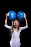 Ευτυχής τοποθέτηση μικρών κοριτσιών με τις γυμναστικές σφαίρες στοκ φωτογραφίες με δικαίωμα ελεύθερης χρήσης