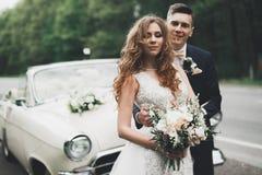 Ευτυχής τοποθέτηση νυφών και νεόνυμφων μετά από τη γαμήλια τελετή Στοκ φωτογραφίες με δικαίωμα ελεύθερης χρήσης