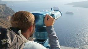 Ευτυχής τουρίστας που βλέπει όμορφο seascape με τα κρουαζιερόπλοια μέσω των διοπτρών φιλμ μικρού μήκους