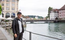 Ευτυχής τουρίστας σε Λουκέρνη, Ελβετία Στοκ εικόνες με δικαίωμα ελεύθερης χρήσης